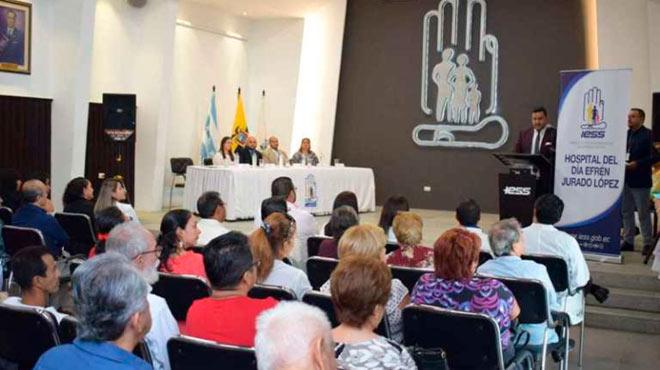 Autoridades de IESS Guayas y paciente en el evento de entrega.