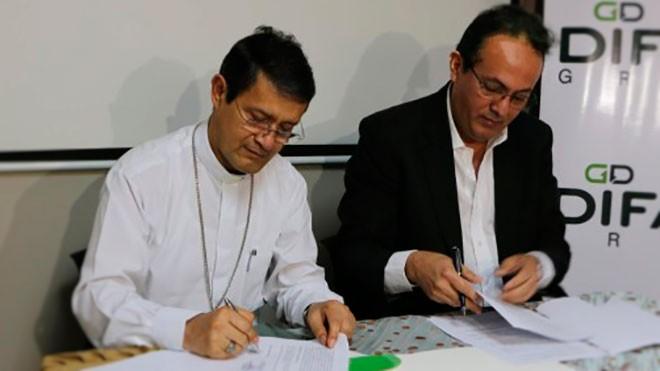 Monseñor Luis Cabrera y Julio Ocaña de Difare.