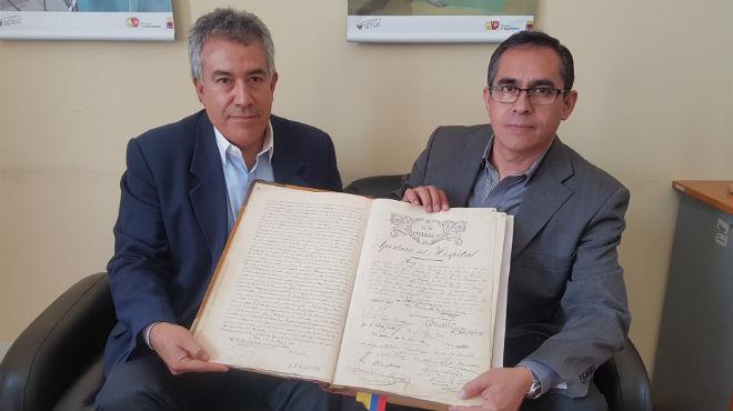 Carlos Aguirre y Freddy Alb�n, custodios del libro hist�rico del HEEE.