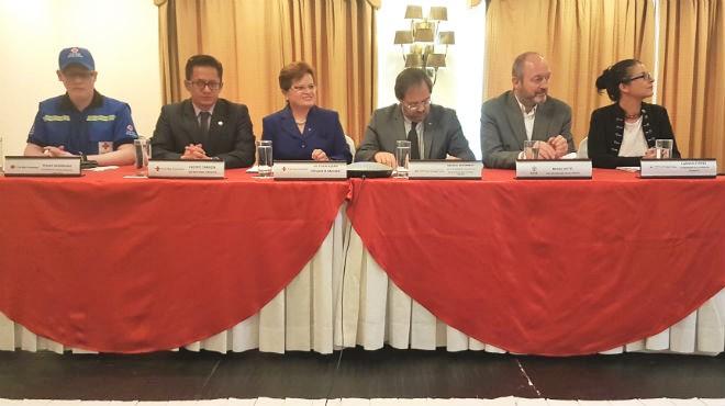 Representantes de la Cruz Roja Ecuatoriana en rueda de prensa.