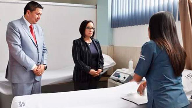 Darwin Poveda, gerente del hospital y Margarita Guevara, gobernadora de Chimborazo.