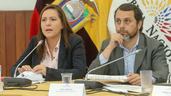 Johanna Cede�o, presidenta de la Comisi�n de Fiscalizaci�n, y Pa�l Granda, presidente del directorio del IESS.
