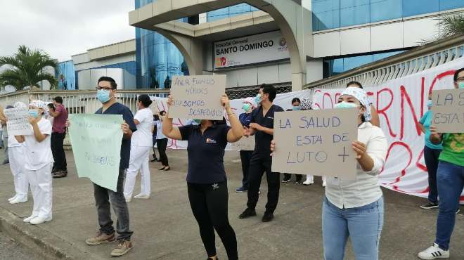 Protesta del personal despedido frente al Hospital General Santo Domingo.