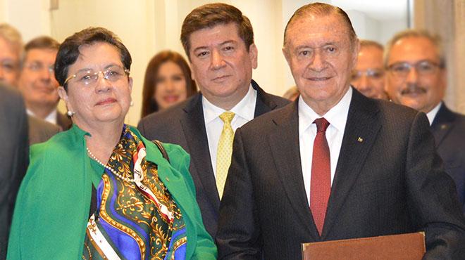 Cecilia Barahona de P�ez, Javier Contreras y Rafael Arco rend�n.