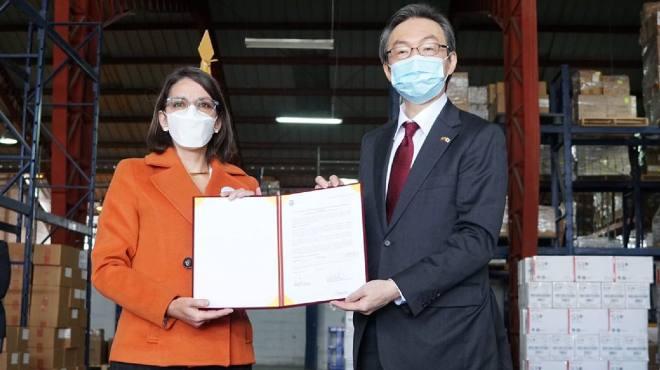 Ximena Garz�n, ministra de Salud y Yuji Sudo, embajador del Jap�n en Ecuador.