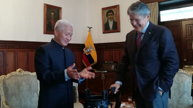Embajador chino, Chen Guoyou y el presidente, Guillermo Lasso.