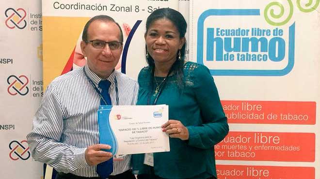 Eduardo Sandoval, Coordinador Zonal 8 entrega certificados.