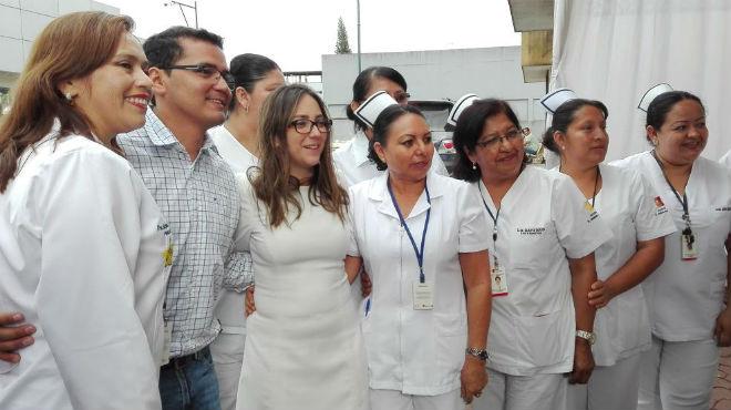 Ver�nica Espinosa, ministra de Salud (centro) junto a personal del HGD.
