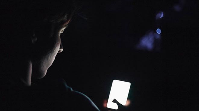 El uso de pantallas durante la noche agrava el problema.