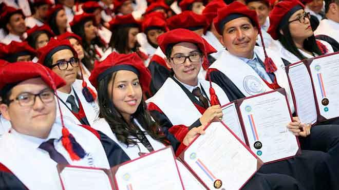 M�dicos graduados de la Facultad de Ciencias M�dicas de la UCE.
