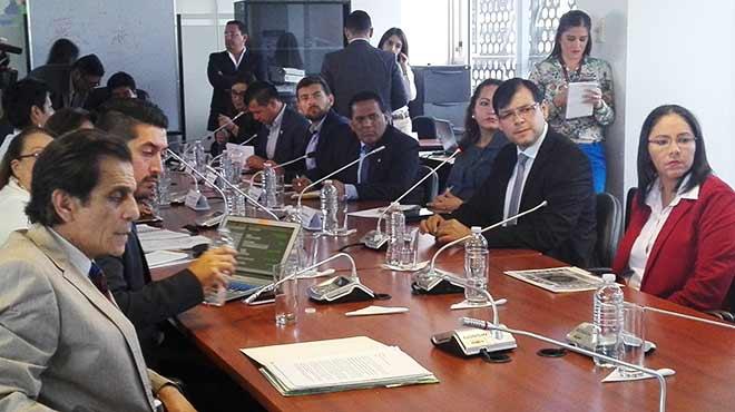 Representantes del ARCSA, Ministerio del Interior y SENAE en la Comisión de Salud.