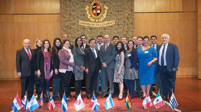 Estudiantes y autoridades en la ceremonia de inauguraci�n