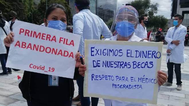 M�dicos posgradistas exigiendo al MSP el pago de sus becas. Foto de Andr� Di Ar�valo (Twitter).