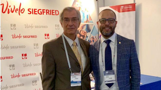 Danilo Pasternak, neurocirujano Hospital Metropolitano y Danilo Castelo, gerente de producto Laboratorios Siegfried.
