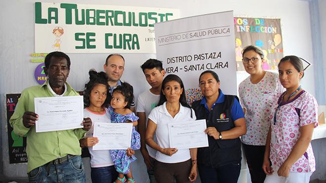 Personal y pacientes del Centro de Salud Morete Puyo.