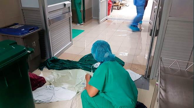 Personal de salud limpiando la acumulaci�n de agua.
