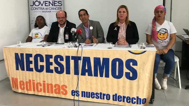 Santiago Carrasco, Gustavo D�vila, Blanca Ugarte junto a pacientes oncol�gicos.