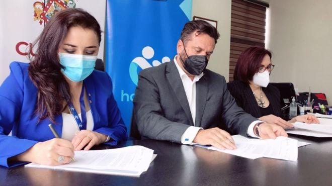 Firma de un convenio interinstitucional.