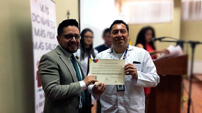 Mauricio Heredia entrega el certificado de acreditaci�n a Oscar Chango.
