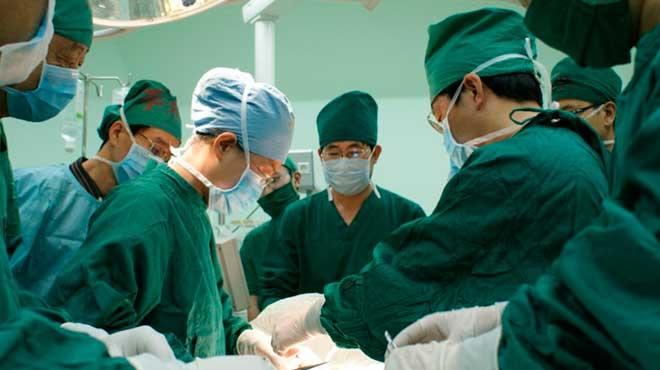 Cirujanos chinos, trasplante de oreja regenerada en el brazo