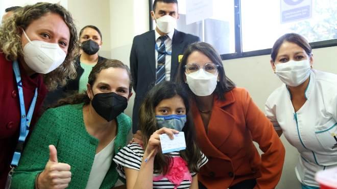 Autoridades de Salud y Educaci�n en el primer d�a de vacunaci�n en Quito.