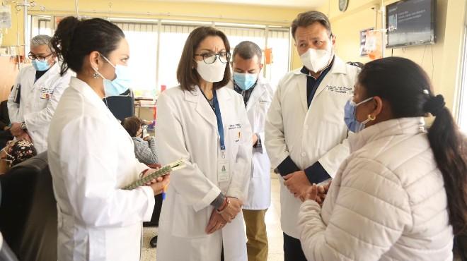 Ximena Garz�n, ministra de Salud en el servicio de Oncolog�a del HEEE.